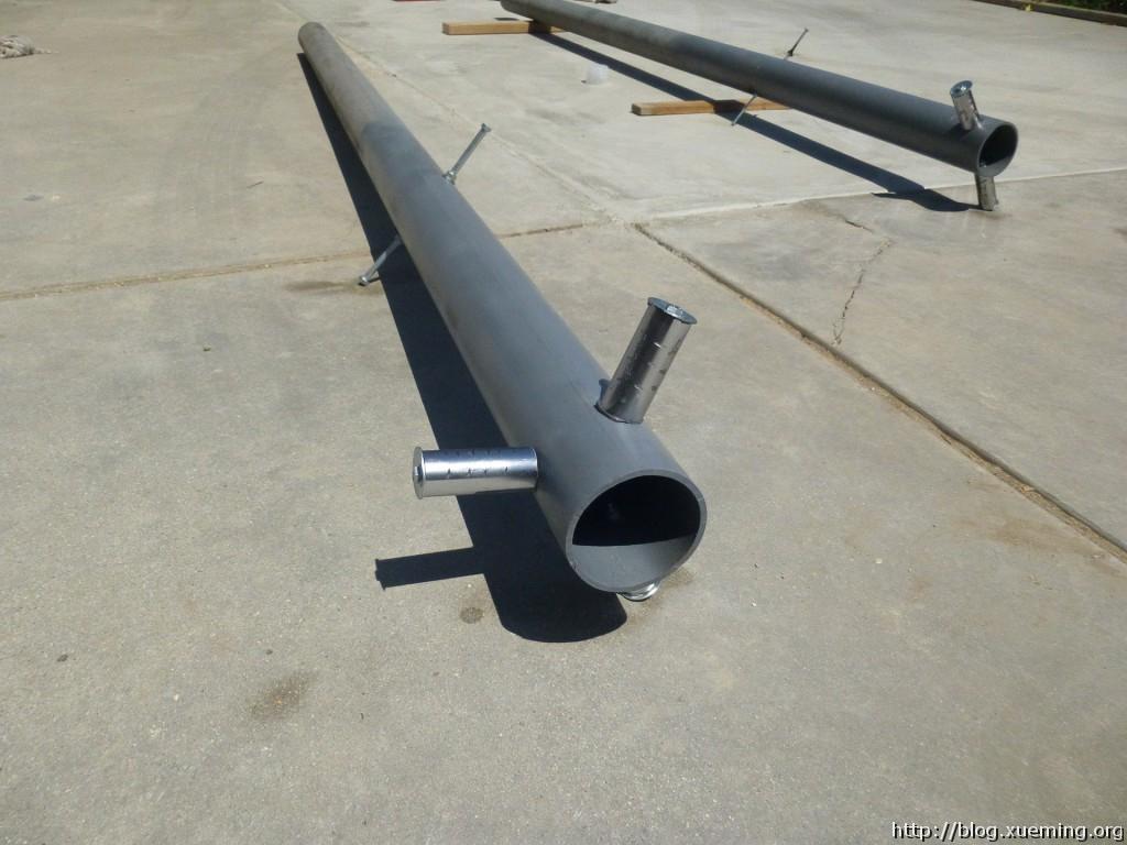"""""""柱子横钩""""。我用了一些其他铁管的废料用螺丝固定在铁管侧面。"""
