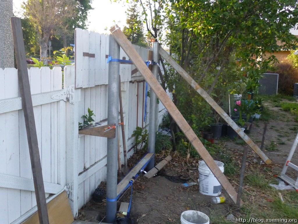 用其他木料将铁管固定,以便接下来浇灌混凝土。