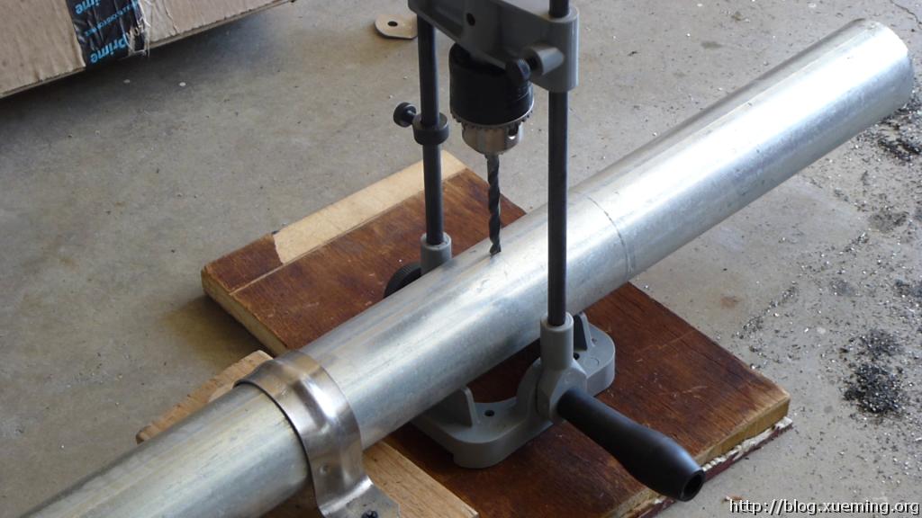 开槽之前先钻定位孔,正反面都要钻穿,并保持垂直于管子的方向。