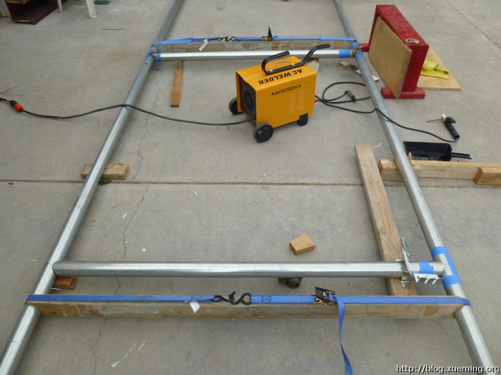 长木料和捆绑带被用来固定钢管