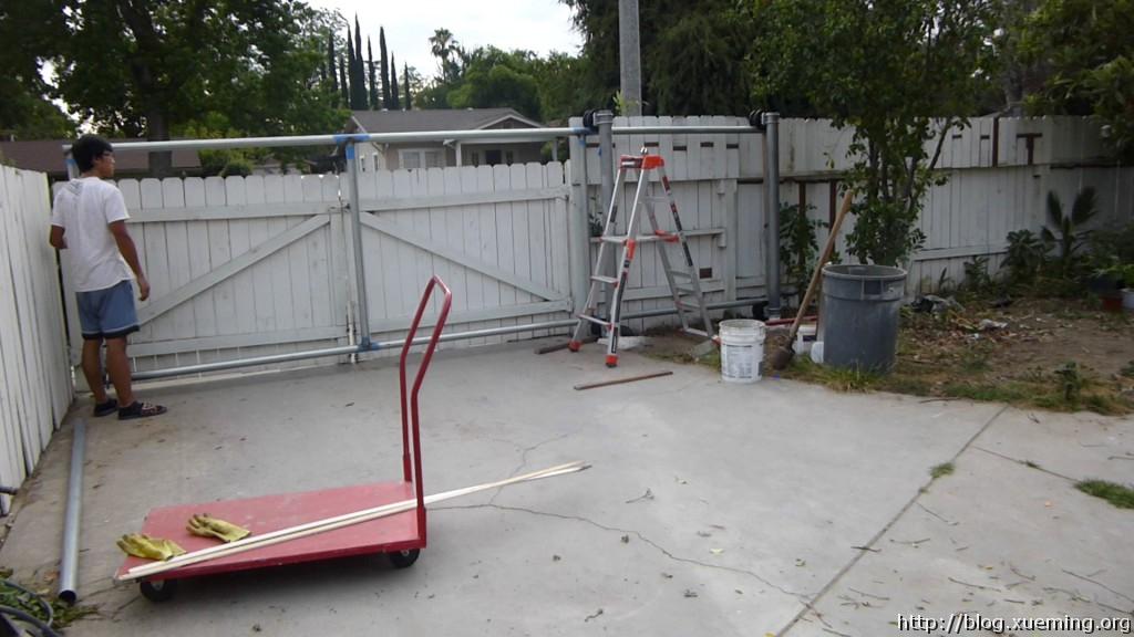 """门处于""""关闭""""位置。只是门框所以重量很轻,现在滑起来十分轻便。"""